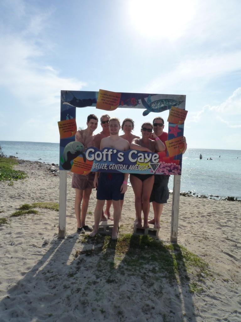 Wir lustigen sechs vor dem Begrüßungsschild auf Goff´s Caye,AIDA Karibik - Belize - Ausflug