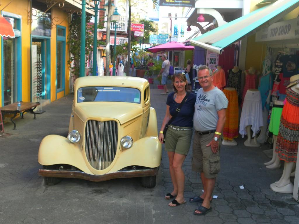 Vor Oldtimer in Philippsburg, AIDA Karibik - St. Maarten - Ausflug Flugzeugstrand Maho Beach